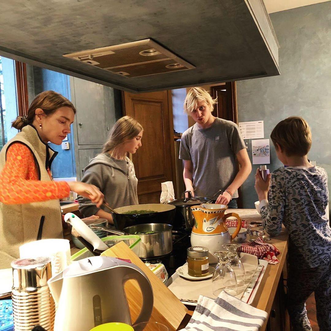 Наталья Водянова собрала на кухне всех своих детей.
