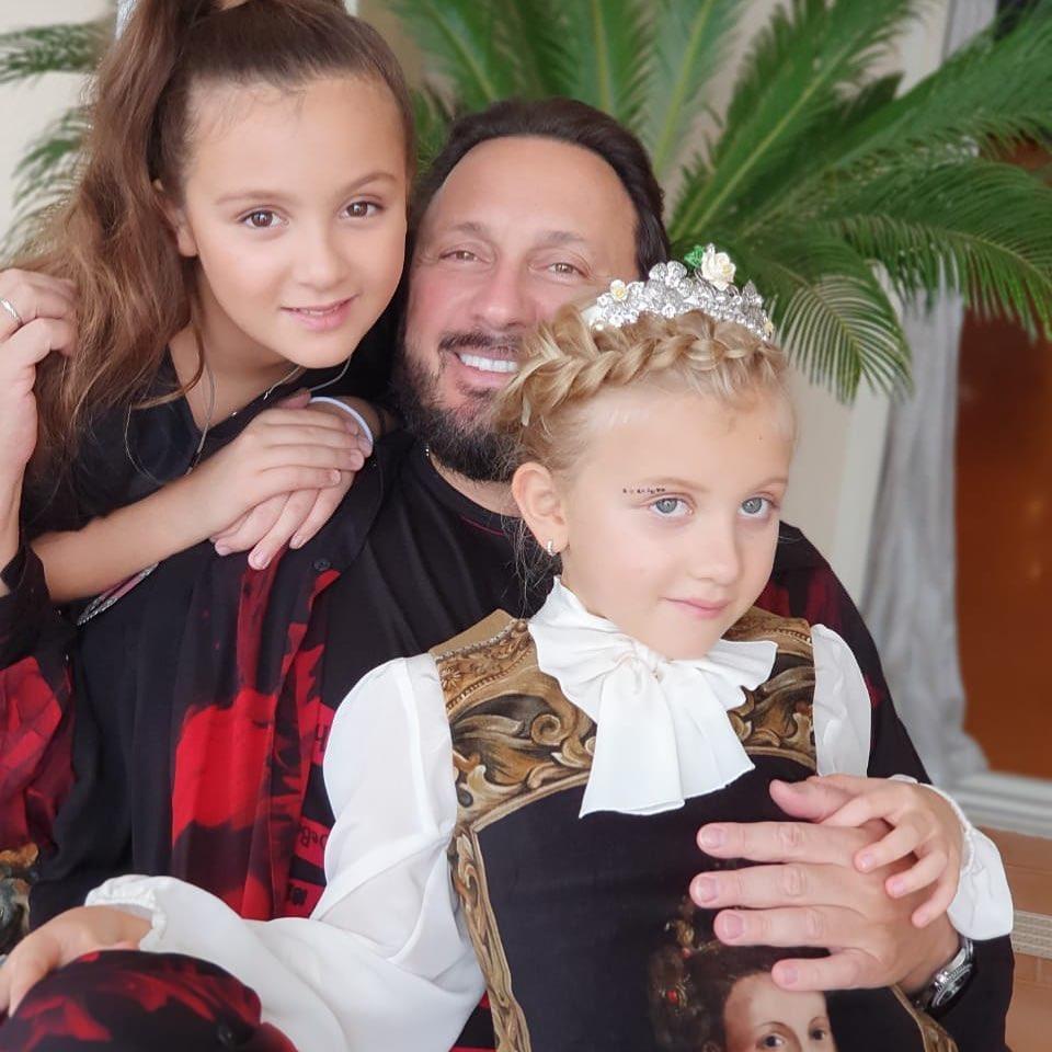 Певец с дочками