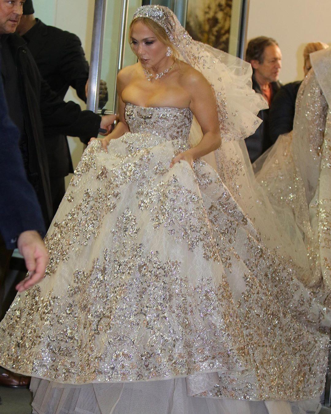 и платье, и меховая накидка, и крупные украшения скопированы с образа куклы Барби