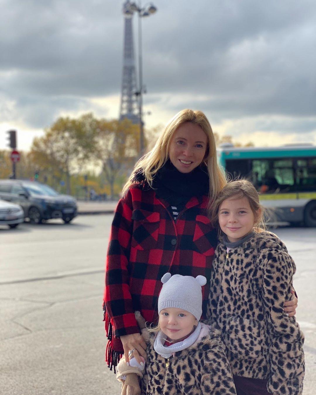 Татьяна Тотьмянина и сама носит эко-мех, и дочек нарядила по моде.