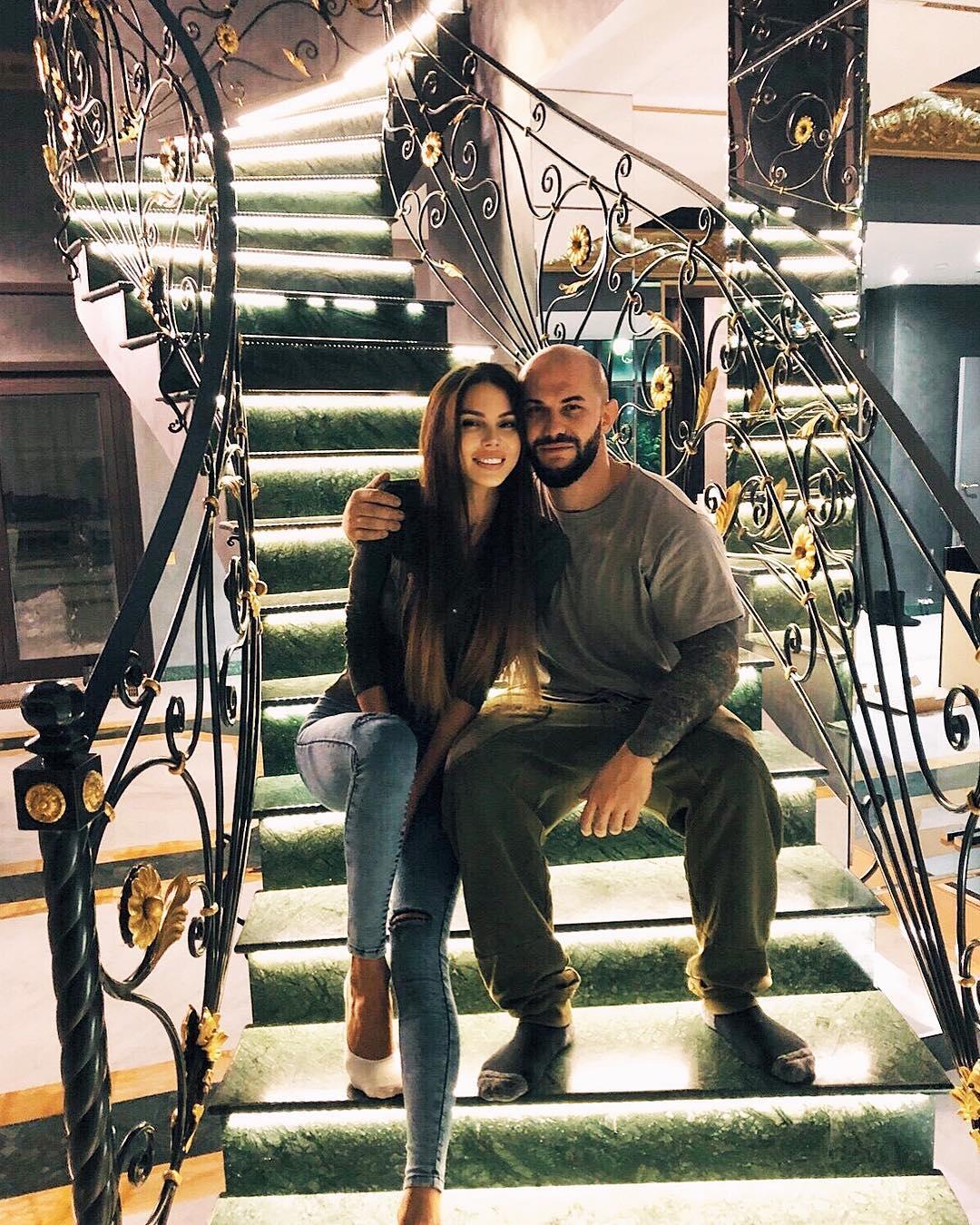 Оксана Самойлова и рэпер Джиган выставили на продажу свой роскошный трехэтажный особняк в Подмосковье