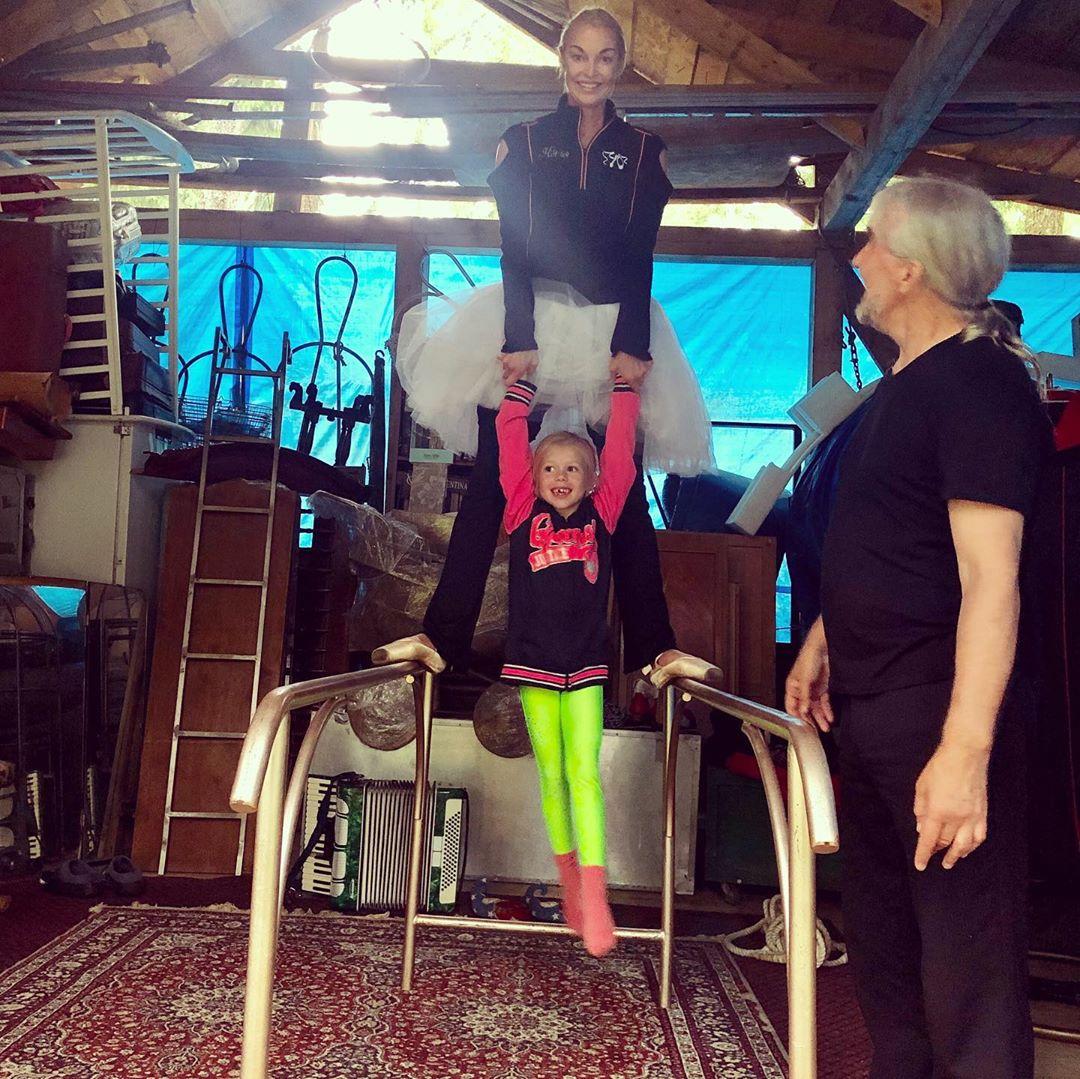 В этот дождливый день мы с добрым клоуном Николаем Челноковым и Машенькой создали еще один номер для нашего спектакля Балерина и Клоун , премьера которого 9 ИЮНЯ в АНАПЕ. Любимый мною дорогой сердцу Краснодарский Край.