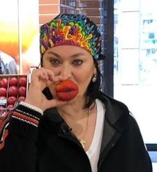 Женщина с персиком
