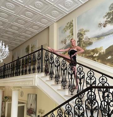 Экзерсис для любимого на мраморной лестнице