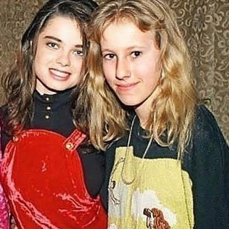 На этом фото из далекого прошлого маленькая Ксюша и юная Наташа