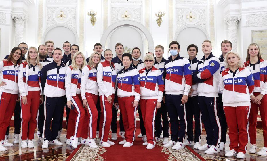 Сборная России по плаванию фотографируется после встречи с президентом РФ Владимиром Путиным в преддверии XXXII летних Олимпийских игр. Фото: ТАСС