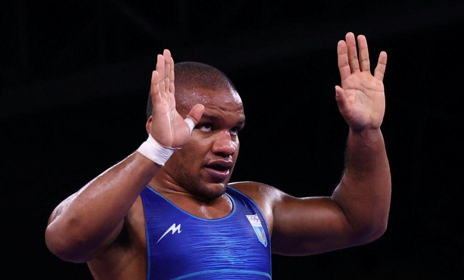 Украинец Жан Беленюк стал золотым медалистом в соревнованиях по греко-римской борьбе. А еще у него теперь есть настоящий пистолет. Фото: Reuters