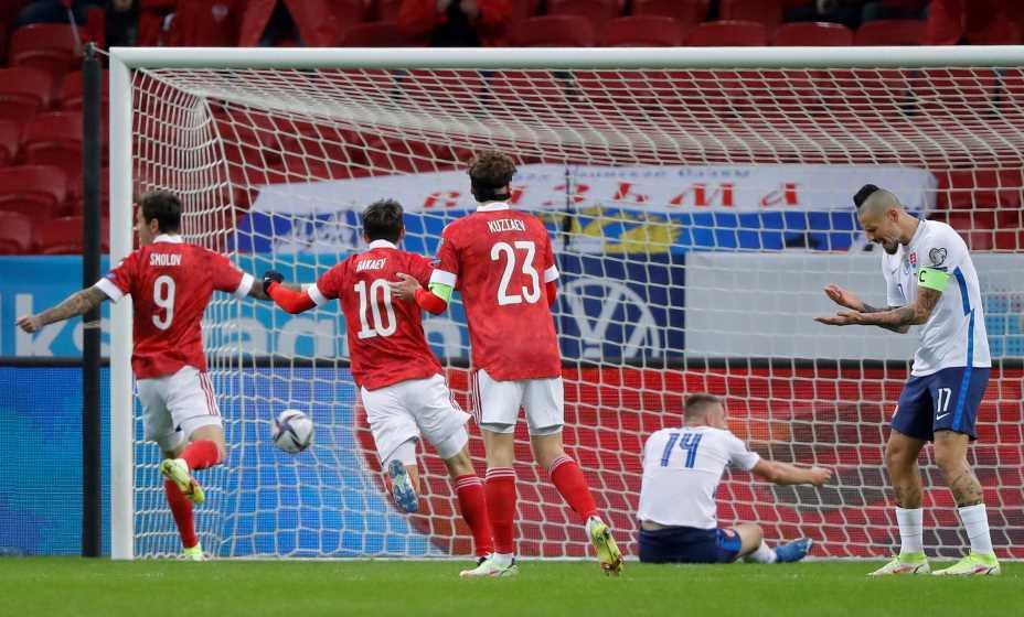 Гамшик не понимает как Шкриньяр умудрился забить в свои ворота. Фото: Reuters
